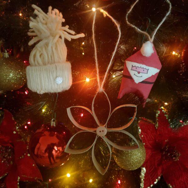 Decorazioni di Natale con un rotolo di carta