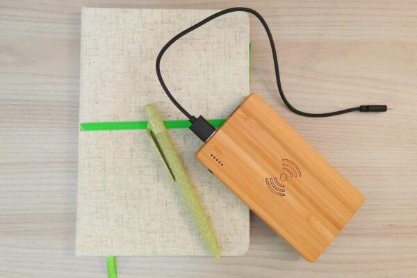 Ricaricarsi con il powerbank in bamboo!